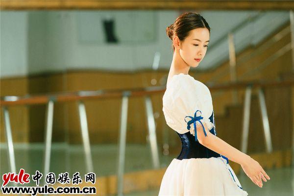陈都灵曝芭蕾主题美照天鹅颈实力吸睛